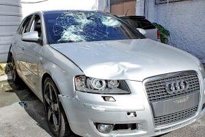 Carro foi abandonado pelo adolescente após o acidente