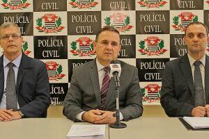 O delegado seccional, Manoel Gatto Neto (ao centro) e os delegados Jorge Álvaro Gonçalves Cruz (à esquerda) e Carlos Henrique Fogolin de Souza (à direita) apresentaram os resultados