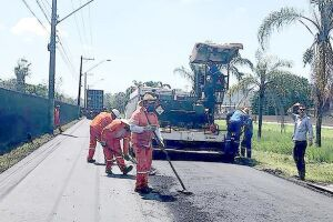 Máquinas, caminhões e operários foram para os bairros para realizar serviços essenciais