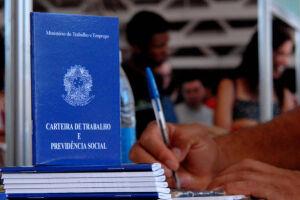 A reforma altera mais de cem pontos da CLT (Consolidação das Leis do Trabalho), o conjunto de normas que rege as relações de trabalho no país