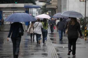 No domingo (19) a frente fria se estabelece e o tempo fica fechado e chuvoso, o que favorece a queda da temperatura, que oscila entre 18° C e 22° C