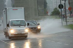 Chuva afetou a ida do paulistano ao trabalho e colocou parte da cidade em estado de atenção