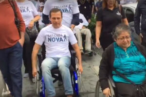 Em fevereiro deste ano, o prefeito percorreu cem metros em uma cadeira de rodas para testar a acessibilidade de uma calçada durante um mutirão na zona norte