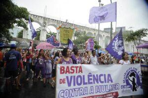 Grupo faz passeata pelas ruas da Lapa em defesa dos direitos das mulheres e contra a violência