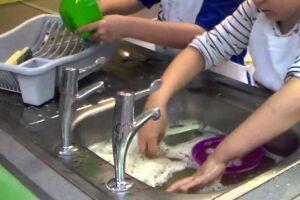 Segundo dados do IBGE, metade das crianças e adolescentes faz tarefa doméstica