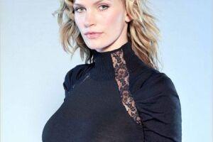 Natasha Henstridge afirma que episódio teria ocorrido há mais de 20 anos. Na época, ela tinha 19 anos e o diretor 24