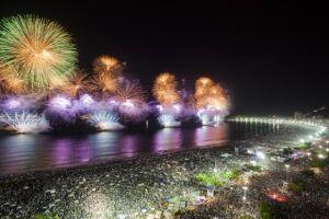 Tradicional queima de fogos na virada do ano em Copacabana