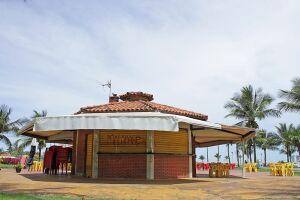 Mesmo em dias de sol, a maioria dos quiosques ficam vazios em São Vicente