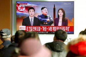 Pessoas assistem reportagem sobre o novo teste de míssil da Coreia do Norte