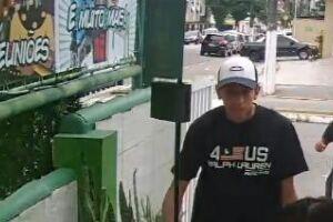 Câmera de monitoramento captou os quatro bandidos; na imagem, o criminoso que foi morto