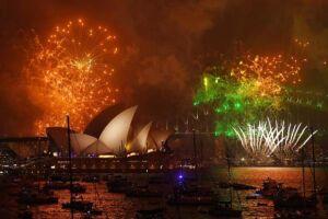 Fogos de artifício marcam a chegada do ano de 2018 no porto de Sydney, na Austrália