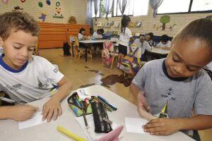 Maioria dos alunos no país faz educação básica em escola pública e universidade na rede privada