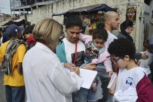 Fila para vacinação contra febre amarela numa Unidade Básica de Saúde