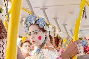 O formato inusitado de teatro itinerante em ônibus urbanos foi uma busca do grupo por espaços alternativos de apresentação