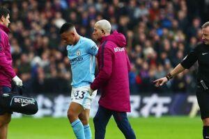 Gabriel Jesus machuca o joelho e deixa jogo do Manchester City chorando