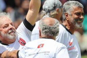 Lula e Chico Buarque jogaram futebol no campo do MST