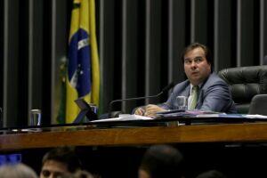 O presidente da Câmara, Rodrigo Maia, diz que a Casa pode analisar em fevereiro de 2018 novo projeto contra tráfico de armas e drogas