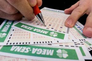 Com o maior prêmio da história das loterias brasileiras, a Mega-Sena da Virada sorteará um prêmio estimado em R$ 280 milhões neste domingo (31)