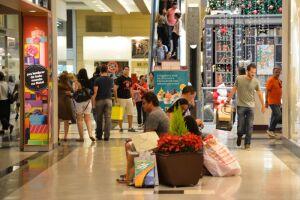 O brasileiro aumentará os gastos e as quantidade de presentes neste Natal
