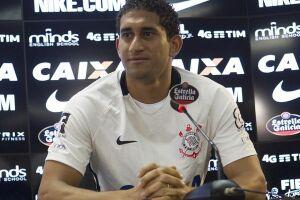 Sem acordo para a permanência do zagueiro Pablo, o Corinthians deu início às buscas por um jogador experiente que assuma a titularidade da defesa em 2018