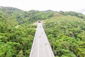 Um dos três túneis construídos segue em direção ao sul do país; serão três faixas para os motoristas