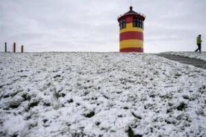 Na Alemanha, a grande quantidade de neve que caiu causou muitos acidentes de carro e engarrafamentos, bem como atrasos de trens
