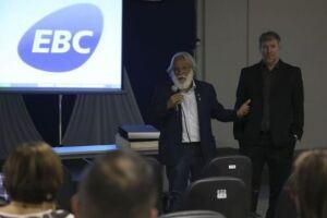 O diretor-presidente da Aadasa, Paulo Salles, e o diretor da agência Jorge Enoch Furquim Werneck Lima participam de palestra sobre o 8º Fórum mundial da Água, na EBC