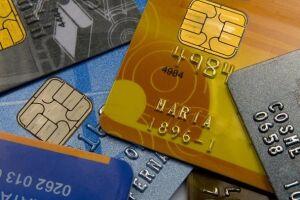 Para 76,7% das famílias com contas a pagar, o cartão de crédito é a principal forma de endividamento, seguido por carnês (17,5%) e financiamento de carro (10,9%)