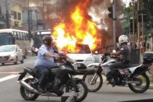 Travestis destroem carro no centro de Santos