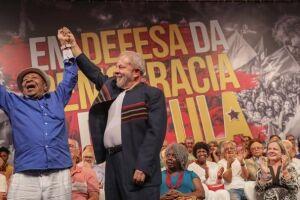 Ex presidente Lula com Noca da Portela no Ato com artistas e intelectuais no Rio de Janeiro