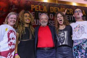 O ex-presidente Lula participando de ato em sua defesa, com a presença de artistas e intelectuais.