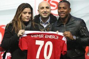 Robinho assina com clube turco e vestirá a camisa 70