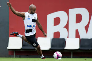 O novo reforço do Santos, o lateral esquerdo Romário, 25, foi apresentado oficialmente nesta quarta-feira (10), no CT Rei Pelé