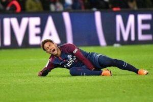 Inicialmente, Neymar foi avisado de que o entorse no tornozelo direito era leve. O problema foi a existência de uma fissura sofrida no quinto metatarso do pé direito