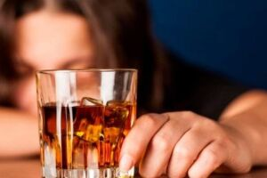 O alcoolismo é um problema crônico que exige atenção para o resto da vida.