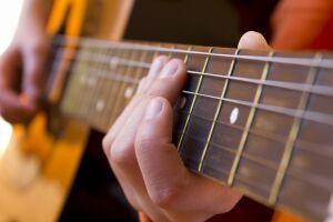 Os cursos disponíveis são de violão, trompete, trombone, DJ, teatro e artesanato