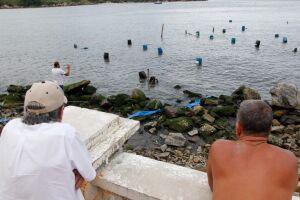 A areia para encher os bags e os minibags é levada por uma linha de tubos que está no mar