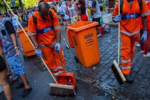 Garis recolhem lixo deixado nas ruas por foliões
