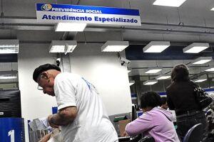 O procedimento é realizado diretamente no banco em que o beneficiário recebe o benefício mediante a apresentação de um documento de identificação com foto