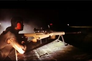 O cantor Gusttavo Lima publicou um vídeo em seu Instagram na última quinta-feira, 22, em que aparece treinando tiro com um fuzil