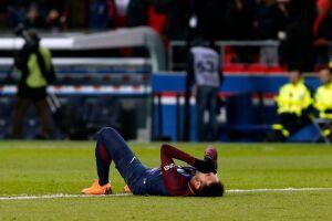 Neymar sofreu a contusão durante a vitória por 3 a 0 sobre o Olympique de Marselha