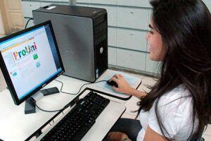 O ProUni oferece bolsas de estudo integrais e parciais (50%) em instituições privadas de educação superior, em cursos de graduação e sequenciais de formação específica