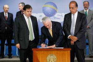 Presidente Michel Temer assina o decreto de intervenção federal no estado do Rio de Janeiro, ao lado do presidente da Câmara, Rodrigo Maia, e do governador do estado, Luiz Fernando Pezão