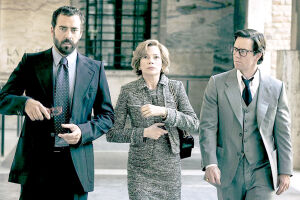 Michelle Williams é Gail Harris e Mark Wahlberg é o ex-espião Fletcher Chase