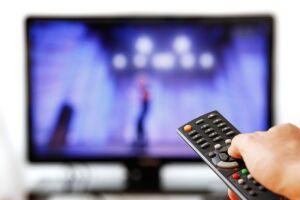 O tempo em que os brasileiros gastam assistindo televisão aumentou seis minutos em 2017