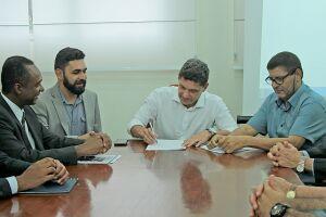 O ato reuniu o prefeito Pedro Gouvêa, representantes da Caixa Econômica Federal e da empresa Terracom, além de diversas autoridades