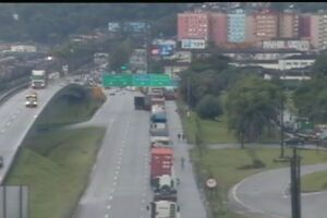 Imagens do trânsito na entrada de Santos
