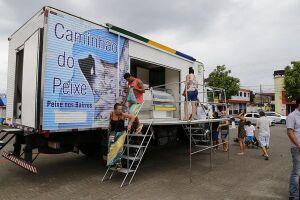 O Caminhão do Peixe percorre diversos bairros de Guarujá levando pescados a preços acessíveis