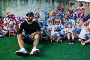180 crianças receberam os presentes e ainda conheceram o artilheiro do Santos FC