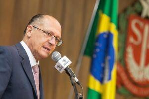 Alckmin muda tom e condena ataque à caravana de Lula